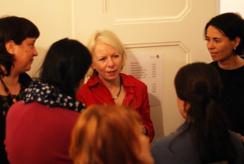 Gaby Barton umringt von Teilnehmern eines Workshop