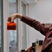 Gaby Barton schaut in die Zukunft mit der Zahl 2014 im gläsernen Koffer