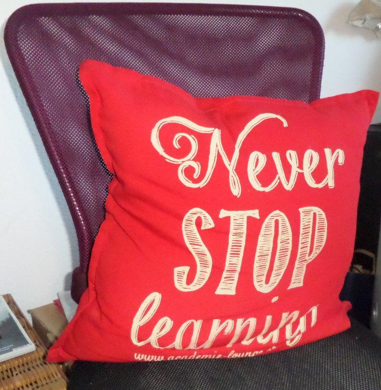 Gaby Bartons Bürostuhlkissen mit Spruch zur Inspiration