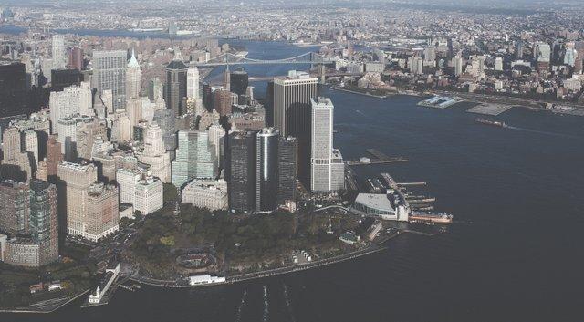 Foto Manahttan aus der Luft, was auch im New York Reisebericht vorkommt.